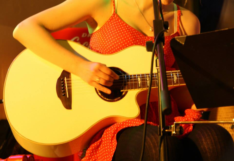 Cosma Sophia Leiner mit Gitarre