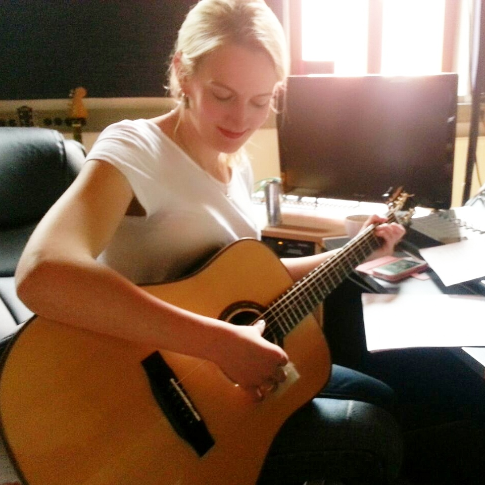 Cosma Sophia Leiner beim Songwriting